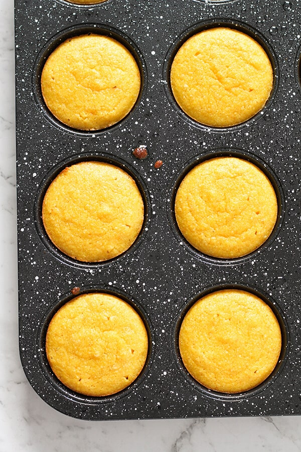 Step by step photo instructions on how to make orange and almond cakes.